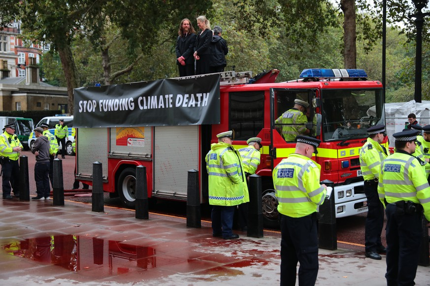 October 3, 2019, London, London, UK: London, UK. The scene at the Treasury in Westminster which has been sprayed in red paint by Extinction Rebellion activists . The stunt, which partly went wrong, was intended to cover the building in red dye looking like blood. London UK PUBLICATIONxINxGERxSUIxAUTxONLY - ZUMAl94 20191003zafl94016 Copyright: xRobxPinneyx