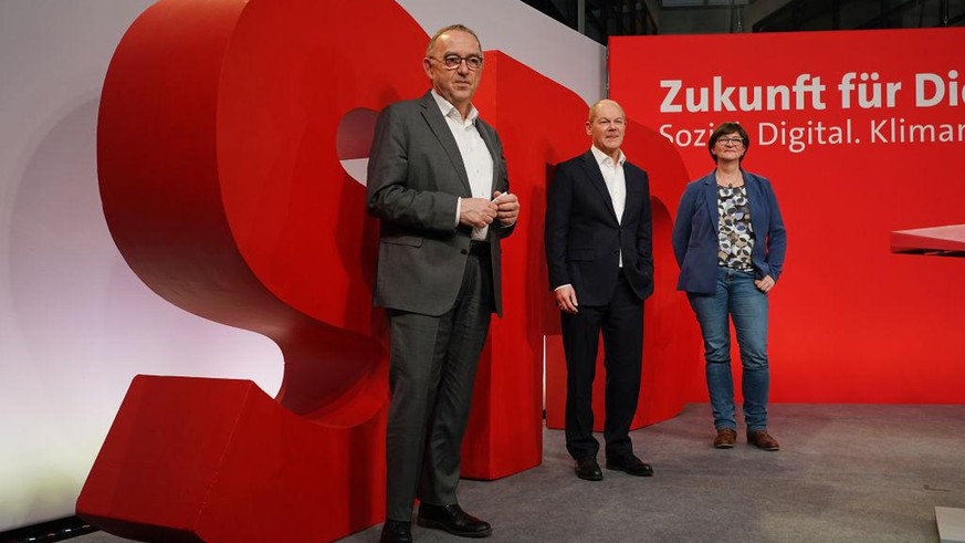 BERLIN, GERMANY - FEBRUARY 08: Olaf Scholz (C), chancellor candidate of the German Social Democrats (SPD), and SPD party co-leaders Norbert Walter-Borjans (L) and Saskia Esken pose for a photo after speaking to the media following a virtual, two-day retreat of the party leadership on February 08, 2021 in Berlin, Germany. Germany is scheduled to hold federal elections on September 26. (Photo by Sean Gallup/Getty Images)