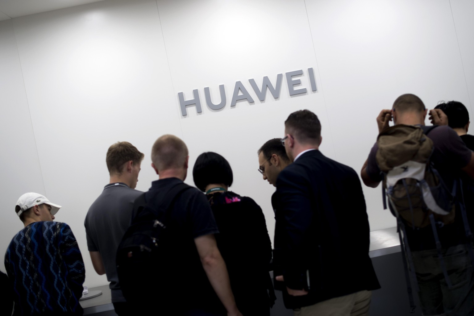 IFA Berlin Deu, Deutschland, Germany, Berlin, 10.09.2019 Besucher am Stand von Huawei promoting das neue P30 Pro smartphone mit Android 10 auf der ifa, Internationale Funkausstellung, Messe fuer Unterhaltung, Unterhaltungselektronik in Berlin 2019. Visitors at the booth of Huawei promoting its P30 Pro smartphone at the Consumer Electronics Fair ifa, International Funkausstellung in Berlin, Germany. IFA is Europe s largest consumer electronics and home appliances fair, showing the new technology trends in the world. The 2019 IFA fair will be open to the public from September 6-11 2019 and features the global technology industry.