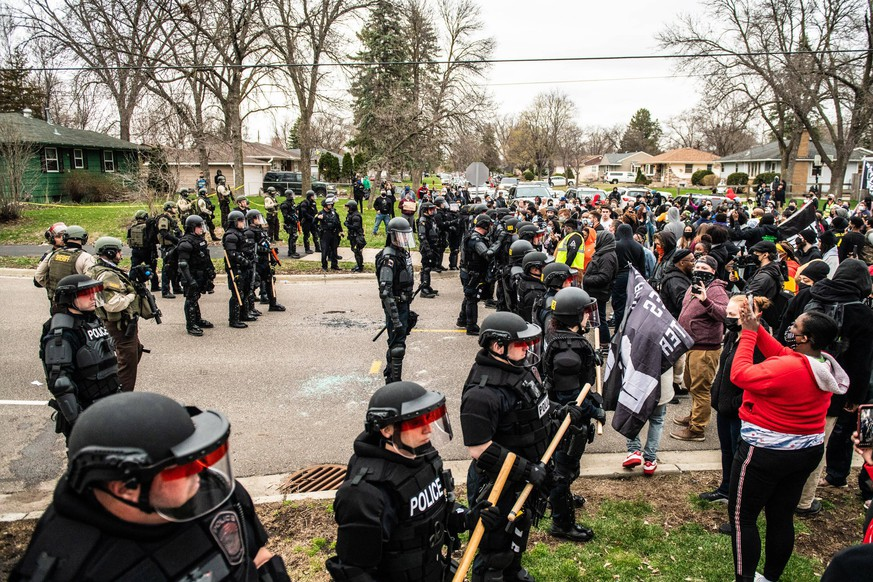 Protestors demonstrate near the corner of Katherene Drive and 63rd Ave North on April 11, 2021 in Brooklyn Center, Minnesota after the killing of Daunte Wright. Photo: Chris Tuite/ImageSPACE /MediaPunch PUBLICATIONxNOTxINxUSA Copyright: xImageSPACEx/MediaPunchx