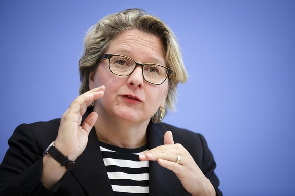 Bundesumweltministerin Svenja Schulze, SPD, aufgenommen waehrend einer Pressekonferenz zum Thema Konzept der Koalition fuer saubere Luft und die Sicherung der individuellen Mobilitaet in unseren Staedten in der Bundespressekonferenz in Berlin, 02.10.2018. Berlin Deutschland *** Federal Environment Minister Svenja Schulze SPD recorded during a press conference on the concept of the Coalition for Clean Air and securing individual mobility in our cities in the Federal Press Conference in Berlin 02 10 2018 Berlin Germany PUBLICATIONxINxGERxSUIxAUTxONLY Copyright: xJaninexSchmitz/photothek.netx