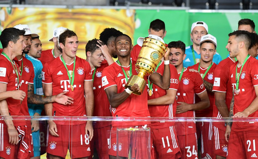 Fussball DFB Pokal Finale, Bayer 04 Leverkusen - FC Bayern Muenchen 04.07.2020, xkvx, Fussball DFB Pokal Finale, Bayer 04 Leverkusen - FC Bayern Muenchen emspor, v.l. David Alaba FC Bayern Muenchen mit dem Pokal Foto: Kevin Voigt/Jan Huebner/Pool DFL/DFB REGULATIONS PROHIBIT ANY USE OF PHOTOGRAPHS as IMAGE SEQUENCES and/or QUASI-VIDEO - Editorial Use ONLY, National and International News Agencies OUT Berlin Olympiastadion Berlin Deutschland DE *** Football DFB Cup Final, Bayer 04 Leverkusen FC Bayern Muenchen 04 07 2020, xkvx, Football DFB Cup Final, Bayer 04 Leverkusen FC Bayern Muenchen emspor, v l David Alaba FC Bayern Muenchen with the Cup Photo Kevin Voigt Jan Huebner Pool DFL DFB REGULATIONS PROHIBIT ANY USE OF PHOTOGRAPHS as IMAGE SEQUENCES and or QUASI VIDEO Editorial Use ONLY, National and International News Agencies OUT Berlin Olympiastadion Berlin Germany DE Poolfoto Kevin Voigt/Jan Huebner/Pool ,EDITORIAL USE ONLY