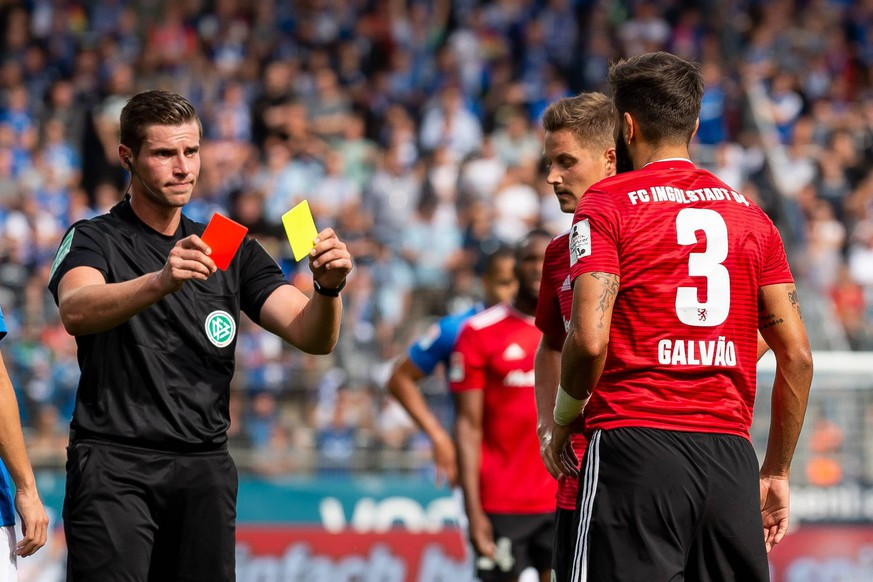 Bochum, Germany 16.09.2018, 2. Bundesiga, 5. Spieltag, VfL Bochum 1848 - FC Ingolstadt 04, Schiedsrichter Robert Kemper zeigt Lucas Galvao (FCI) die gelb rote karte ( DeFodi001 *** Bochum Germany 16 09 2018 2 Bundesiga 5 Matchday VfL Bochum 1848 FC Ingolstadt 04 Referee Robert Kemper shows Lucas Galvao FCI the yellow red card DeFodi001