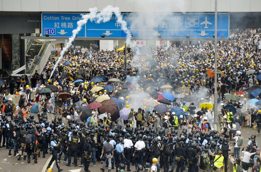 Hong Kong demonstration against extradition bill Protesters opposing a controversial extradition bill clash with riot police near Hong Kong s legislature building on June 12, 2019. The protest by tens of thousands of people forced lawmakers to postpone debating the bill that would, for the first time, allow the extradition of criminal suspects to mainland China. PUBLICATIONxINxGERxSUIxAUTxHUNxONLY