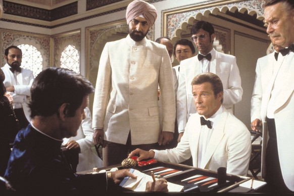 Bildnummer: 60045645  Datum: 05.11.2002  Copyright: imago/United Archives InternationalQuality: Original Film Title: Octopussy. For further information: please contact your local Twentieth Century Fox Press Office. kbdig 2002 quer TOCS backgammon gambling james bond roger moore  PUBLICATIONxINxGERxSUIxAUTxONLY  60045645 Date 05 11 2002 Copyright Imago United Archives International Quality Original Film Title Octopussy for Further Information Please Contact Your Local Twentieth Century Fox Press Office Kbdig 2002 horizontal  Backgammon Gambling James Bond Roger Moore PUBLICATIONxINxGERxSUIxAUTxONLY