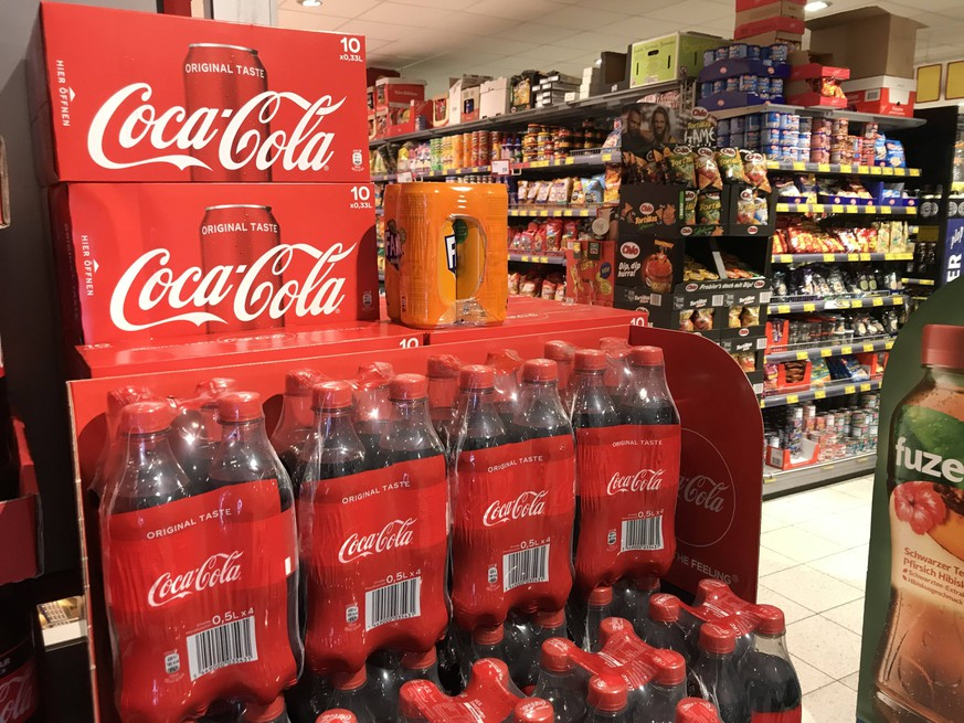 Coca Cola in einer Edeka Filiale in Hamburg 28.01.2019 *** Coca Cola in an Edeka branch in Hamburg 28 01 2019