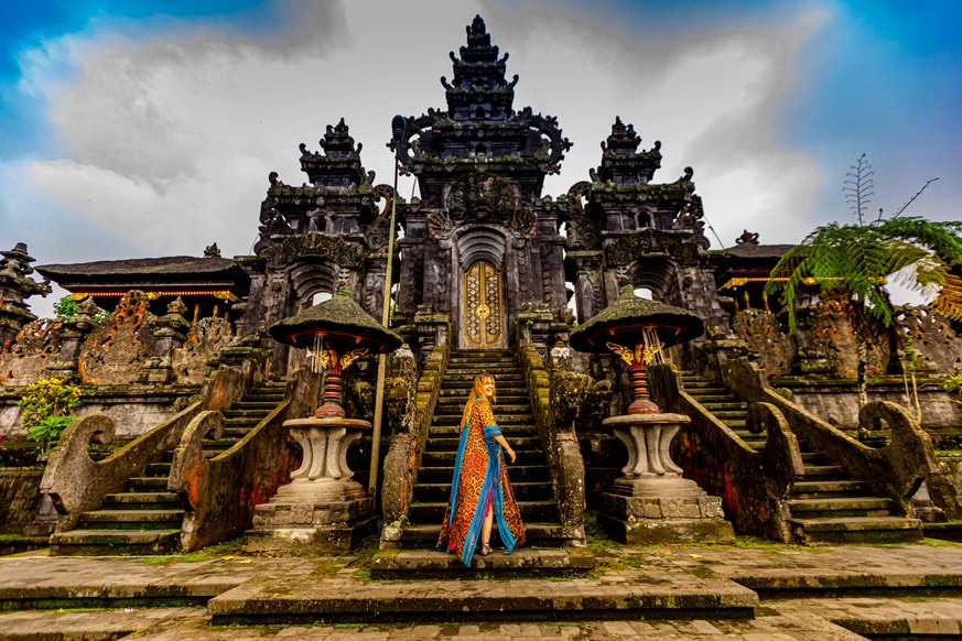 Woman at the Besakih Temple, the largest and holiest temple of Hindu religion in Bali, Indonesia, Southeast Asia, Asia PUBLICATIONxINxGERxSUIxAUTxONLY Copyright: LauraxGrier 1218-1178
