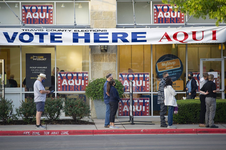 October 13, 2020: Austin, Texas, USA: Voters line up outside of the Southpark Meadows Mega-Center, Polls opened at 7 a.m. and hundreds of voters came out early to cast their votes. Austin USA - ZUMAc04_ 20201013_zaf_c04_020 Copyright: xMarioxCantux