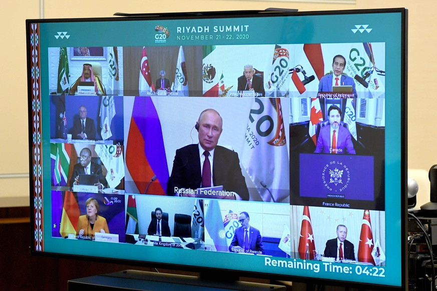 MOSCOW REGION, RUSSIA - NOVEMBER 21, 2020: Seen in this photograph is a video screen in the Russian president s office in the Novo Ogaryovo residence during the 15th G20 Summit hosted by Saudi Arabia. Pictured in the middle of the screen is President Putin. The Russian president attended the G20 summit via video link. Alexei Nikolsky/Russian Presidential Press and Information Office/TASS PUBLICATIONxINxGERxAUTxONLY TS0EF2E2