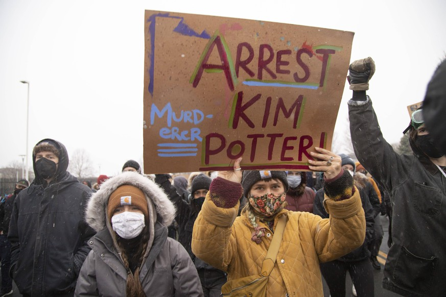 April 13, 2021, Brooklyn Center, Minnesota, USA: A person holds a sign that says arrest Kim Potter during a march to the Brooklyn Center Police Department. Protests continue over the police killing of Daunte Wright. Wright, 20, of Brooklyn Center, Minnesota, was killed during a traffic stop by Kim Potter, then a Brooklyn Center Police officer. Brooklyn Center is a suburb immediately north of Minneapolis. Brooklyn Center USA - ZUMAp201 20210413_znp_p201_016 Copyright: xHenryxPanx