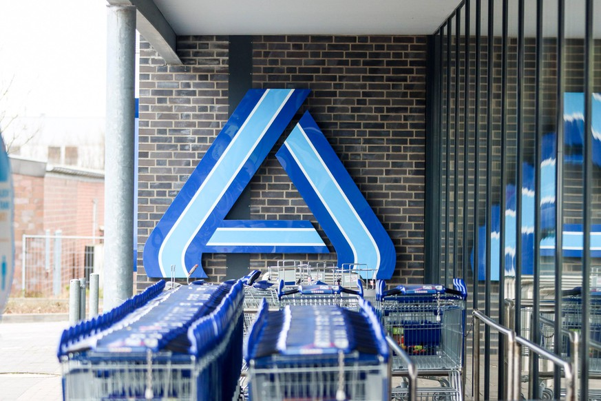 Aldi Einkaufswagen Henstedt-Ulzburg Schleswig-Holstein Deutschland *** Aldi Shopping Cart Henstedt Ulzburg Schleswig Holstein Germany Copyright: xLobeca/RalfxHomburgx